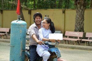 Bức ảnh cảm động: Cha nghèo đi dép lê chụp ảnh cùng con gái ngày lễ tổng kết năm học