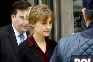 Mỹ nữ 'Smallville' bơ phờ khi hầu tòa với ông trùm tà giáo tình dục