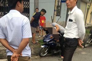 Nam Định: Nam thanh niên tử vong trên xe máy ven đường, chưa rõ danh tính