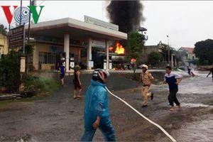 Xe bồn chở xăng ở Sơn La bị cháy trơ khung