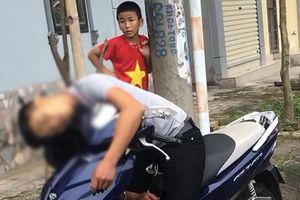 Hốt hoảng phát hiện nam thanh niên chết gục trên xe máy ở ven đường