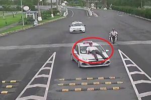 Nhân viên sân bay Nội Bài bị tài xế taxi hất lên nóc capô