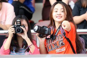 Fan nữ sắm 'súng khủng' săn sao U.23 Việt Nam Quang Hải, Duy Mạnh, Đức Huy…