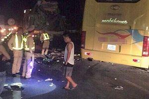 Ôtô khách va chạm xe đầu kéo, 14 người thương vong