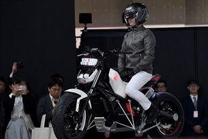 Hãng Honda giới thiệu xe máy có thể tự giữ thăng bằng