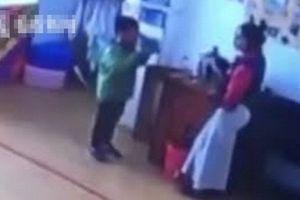 Chuyện lạ hôm nay: Phạt học sinh, cô giáo bắt uống thứ 'chết người' này