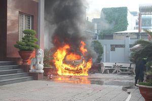 Ô tô đậu trong khách sạn đột nhiên bốc cháy