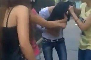 Lột quần áo 'tình địch' quay video, 2 phụ nữ đánh ghen bị bắt