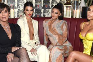 Chị em nhà Kardashian mỗi người một kiểu khoe thân khi cùng dự tiệc