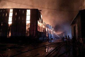 Bão lửa bao trùm kho hàng nghìn m2 công ty Phước Sinh