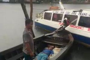 Người đàn ông bị sét đánh chết khi nghe điện thoại trong mưa