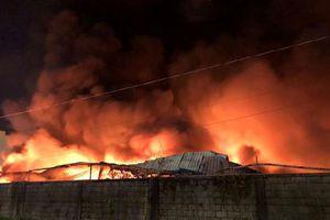 Cháy lớn công ty Phước Sinh, nhà xưởng 1.500m2 chìm trong bão lửa