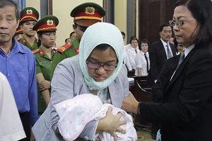 Trễ phiên xử vì bị cáo mang trẻ sơ sinh vào tòa