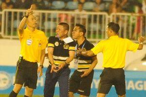 HLV đội Hà Nội lao vào sân đòi 'xử lý' trọng tài