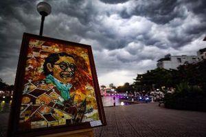 Người dân Thủ đô đội mưa 'hóng' phố đi bộ mới ra mắt
