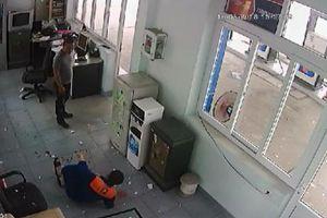 Chỉ vì 20 nghìn đồng, hai nhân viên cây xăng bị đánh chấn thương nhập viện