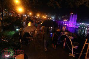 Đội mưa dự khai trương phố đi bộ Trịnh Công Sơn, Hà Nội