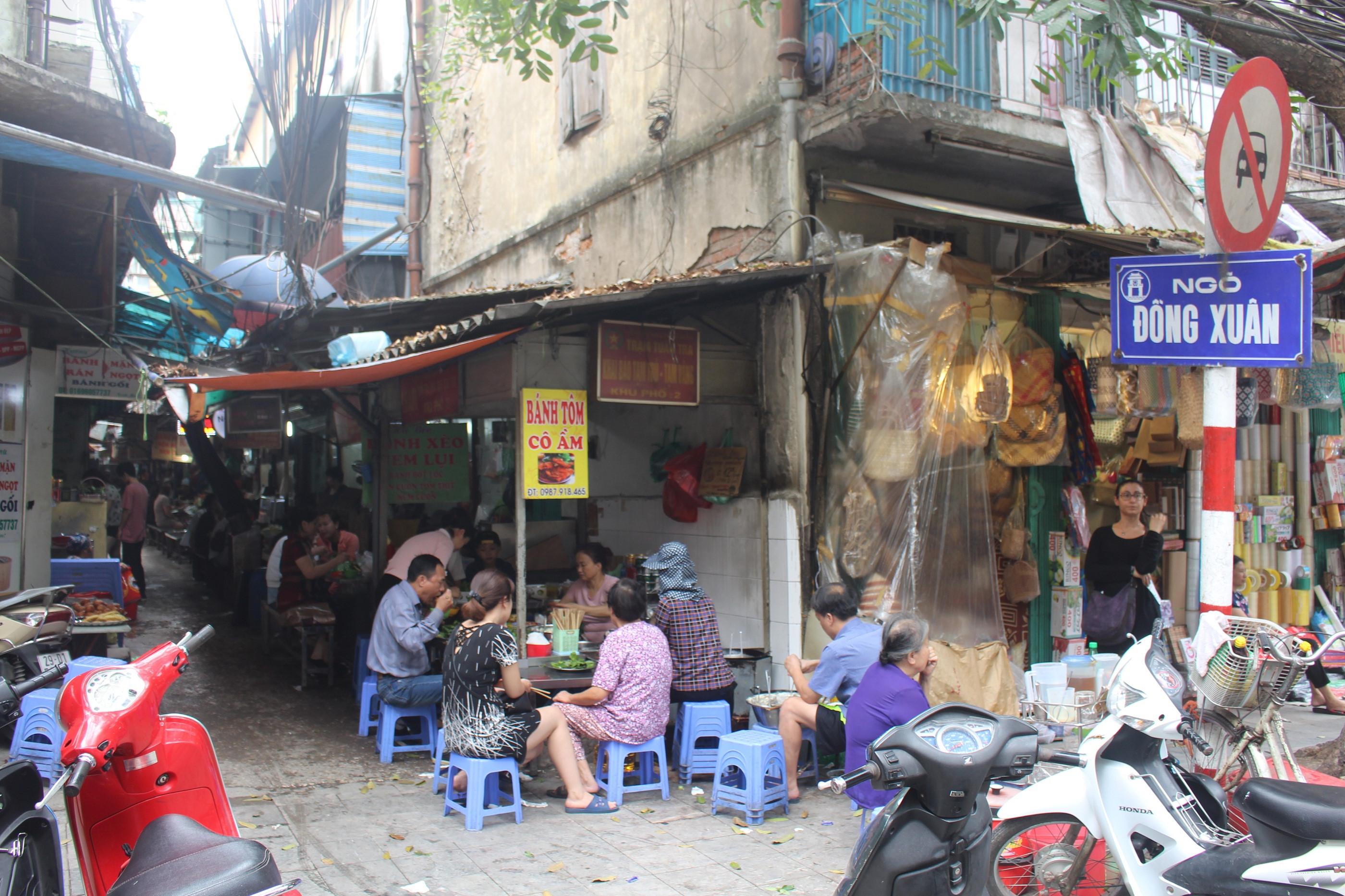 Lạc bước trong ngõ 'độc' tựa thiên đường đồ ăn Việt khiến Tây ta mê đắm