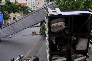 Cổng chào phố đi bộ Nguyễn Huệ đổ sập, 1 người bị thương nặng