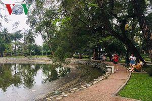 Sau mưa lớn, hồ Công viên Thống Nhất ngập rác thải