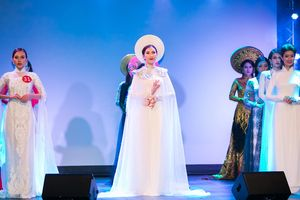 Người đẹp Phí Thị Thùy Linh đăng quang Mrs Áo dài 2018