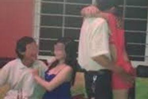 Kỹ sư bị đâm khi tình tứ với tiếp viên karaoke