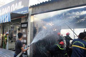 Nghệ An: Cháy chợ Quán Lau, dân ôm hàng nháo nhào bỏ chạy