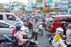 Anh thợ 10 năm chuyên đi tìm chỗ kẹt xe ở Sài Gòn để 'trị'