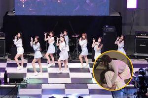 Kiệt sức nhưng vẫn cố hoàn thành phần diễn, Jisoo (Lovelyz) gục ngã ngay trên sân khấu