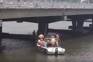 Thi thể 2 cha con buộc chặt vào nhau dưới chân cầu