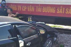Tàu hỏa húc văng ô tô con, tài xế may mắn thoát chết