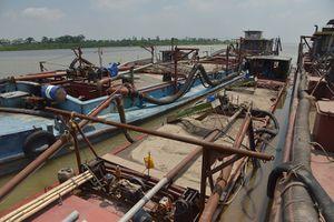 Bắt giữ 4 phương tiện thủy khai thác cát trái phép trên sông Hồng