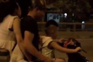 Clip bố mẹ để con nhỏ lái xe máy vun vút trên đường gây phẫn nộ