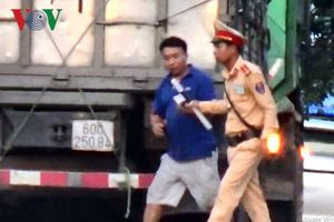 Clip: Hành động bất thường của CSGT Bình Thuận khi chặn xe trên QL1A