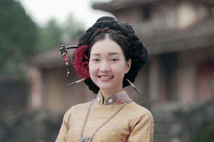 'Nàng thơ xứ Huế' mặc Hanbok, búi tóc vòng như người Hàn?
