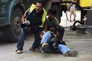 Hình ảnh các nhà báo đổ gục trước làn đạn chết chóc tại nơi xung đột
