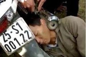 Người đàn ông kẹt đầu vào ống pô và những video đường phố tuần qua