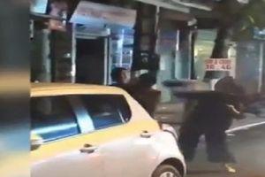 Xôn xao clip con trai cởi trần đánh bố dã man trên phố?