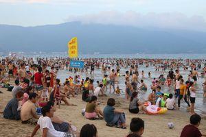 Biển Đà Nẵng đông nghẹt khi người người đổ xô đi trốn nóng