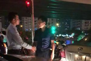 Clip: Hành động văn minh của hai tài xế sau màn ôtô 'húc đít' nhau ở Hà Nội