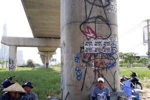 Metro TP.HCM chưa biết khi nào xong, trụ cầu đã đầy hình graffiti nguệch ngoạc