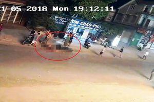 Clip tai nạn kinh hoàng: Xe container cán xe máy trên QL7A, 3 mẹ con thương vong
