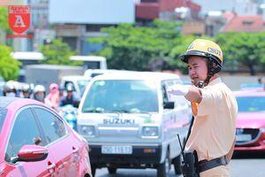 CSGT Hà Nội 'đội nắng lửa' điều tiết giao thông