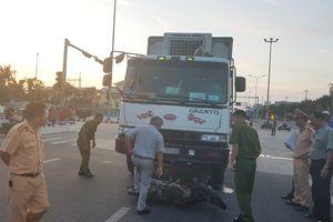 Ôtô tải tông hai xe máy giữa vòng xuyến, một người tử vong