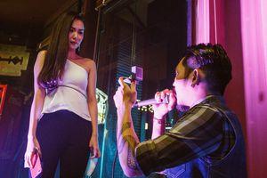 Màn cầu hôn xúc động của chàng trai cắt tóc với bạn gái người mẫu