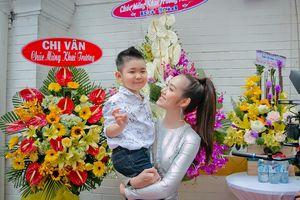 Con trai Diệp Bảo Ngọc vui vẻ khi bố gửi hoa tặng mẹ