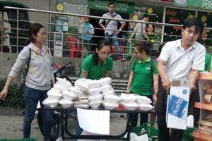 Hỗ trợ đồ ăn, quần áo cho cư dân chung cư Carina