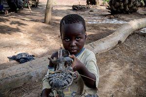 Rơi nước mắt những món đồ chơi của trẻ em các nước thu nhập thấp