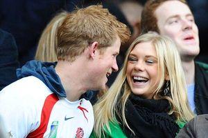 Hoàng tử Harry gọi điện cho bạn gái cũ 'đầy nước mắt' trước ngày cưới