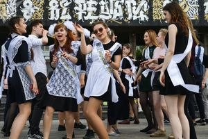 Nữ sinh Nga cực kỳ dễ thương trong ngày bế giảng